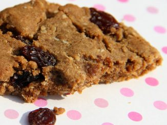 Raisins and oatmeal cookies